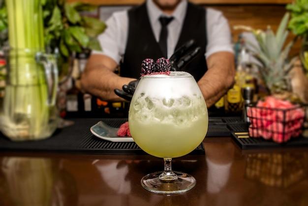 Barman przygotowuje koktajl w barze koktajlowym