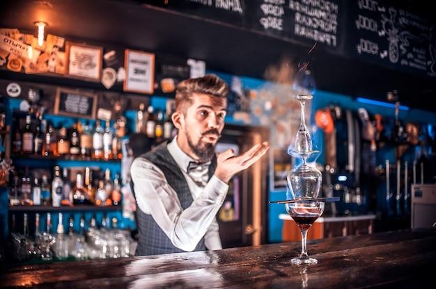 Barman przygotowuje koktajl w piwiarni