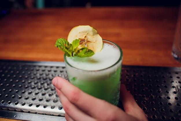 Barman przygotowuje koktajl
