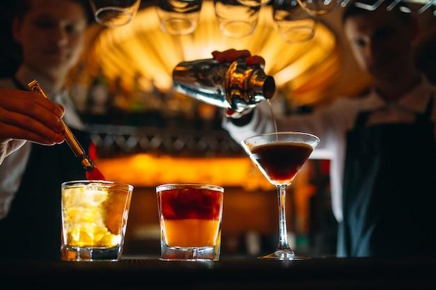 Barman przygotowuje koktajle w barze