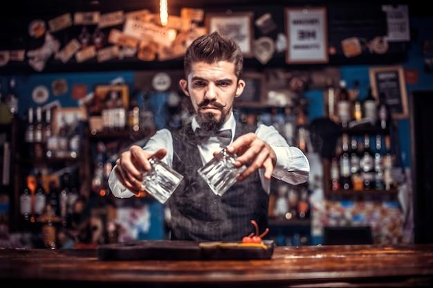 Barman przyrządza koktajl w brasserie