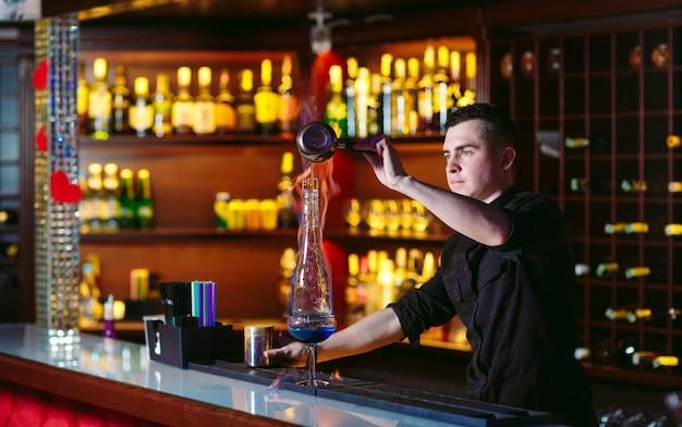 Barman robi gorący koktajl.