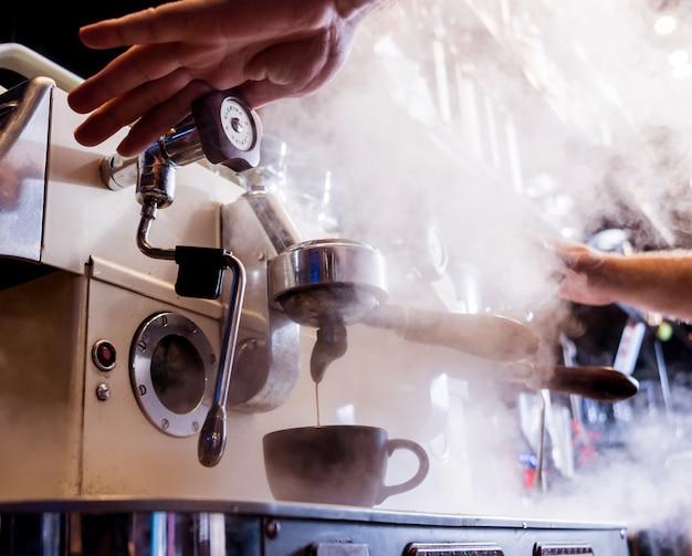 Barman robi kawę, cappuccino, kakao, pije w barze. barista. restauracja.