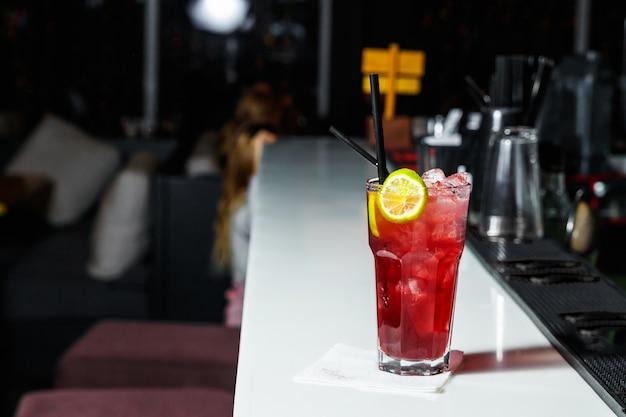 Barman robi koktajl w barze w klubie nocnym