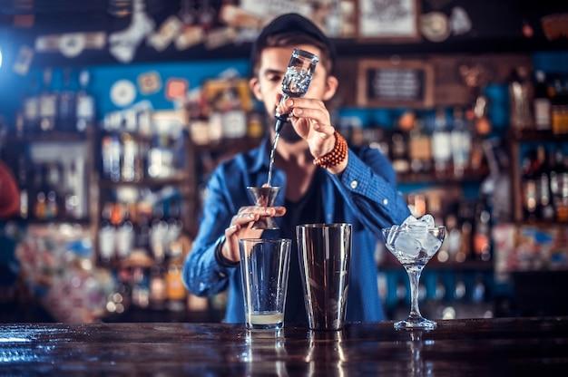 Barman robi koktajl w brasserie