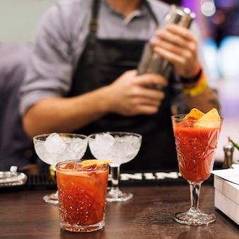 Barman robi koktajle w klubie