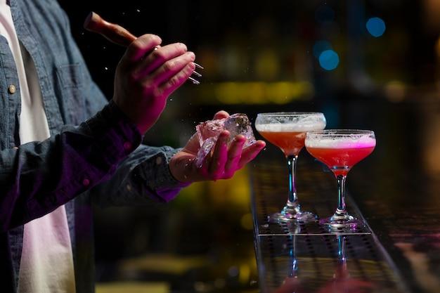 Barman robi orzeźwiający koktajl