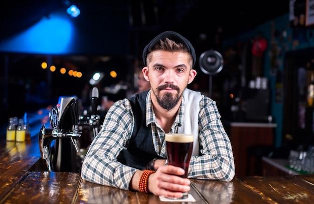Barman tworzy koktajl w publicznym domu