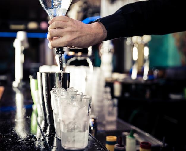 Barman w pracy