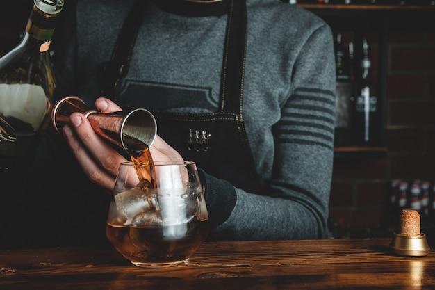 Barman z koktajlem