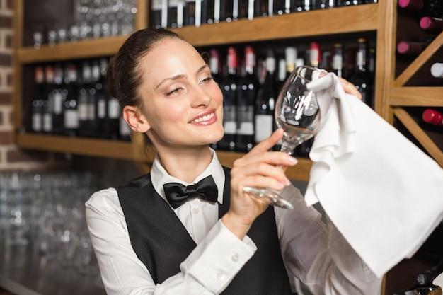 Barmanka czyści szklankę