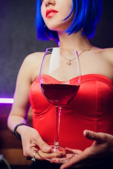 Barmanka dziewczyna z niebieskimi włosami. robienie koktajli w nocnym barze