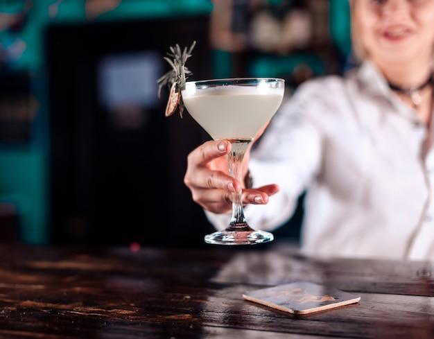 Barmanka robi koktajl w porterhouse