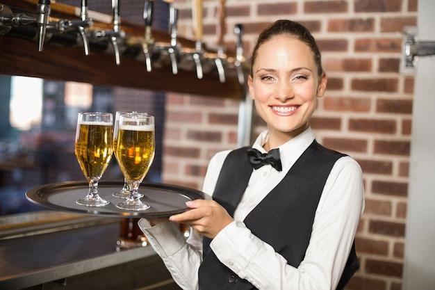 Barmanka serwująca piwo