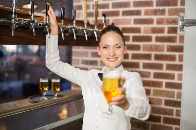 Barmanka trzyma piwo