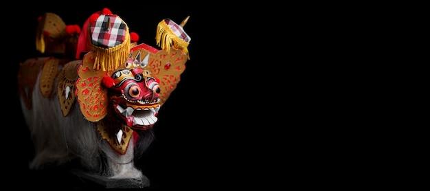 Barong bali na czarnym tle kultury balijskiej