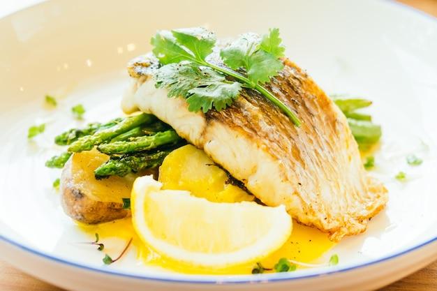 Barramundi lub pangasius ryb i stek z mięsa