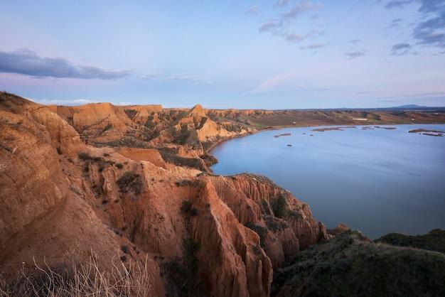 Barrancas de burujon, krajobraz wygryziony w naturalnym parku, toledo, hiszpania.
