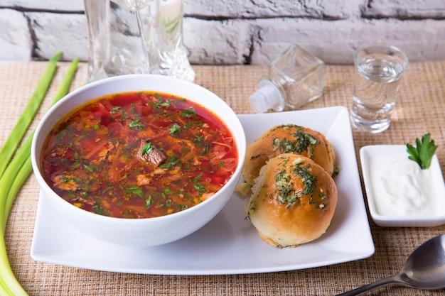 Barszcz / barszcz tradycyjna rosyjska i ukraińska zupa. bułeczki z czosnkiem