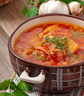 Barszcz ukraiński i rosyjski krajowych czerwony zupa zbliżenie