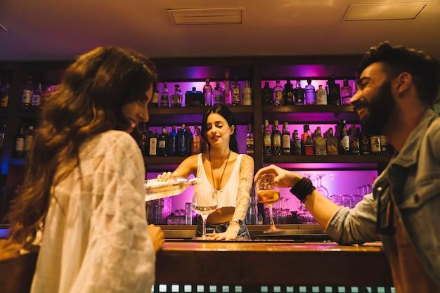 Bartender para służąca