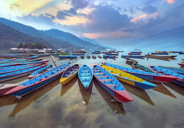 Barwi łódkowatego symbol phewa jeziorny brzeg w pokhara, nepal.