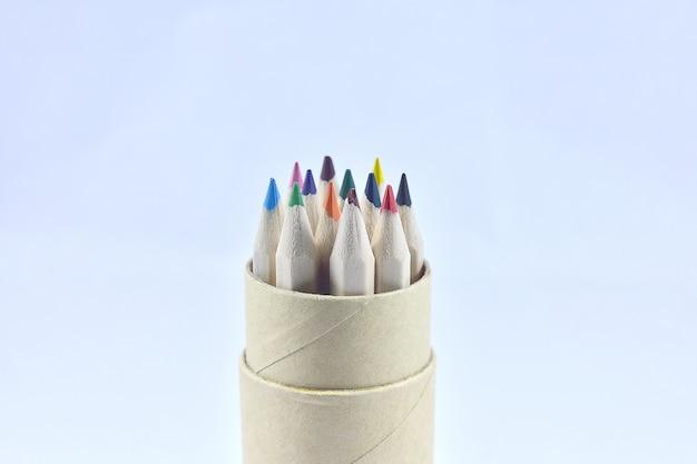 Barwi ołówek w drewnianym pudełku na białym tle
