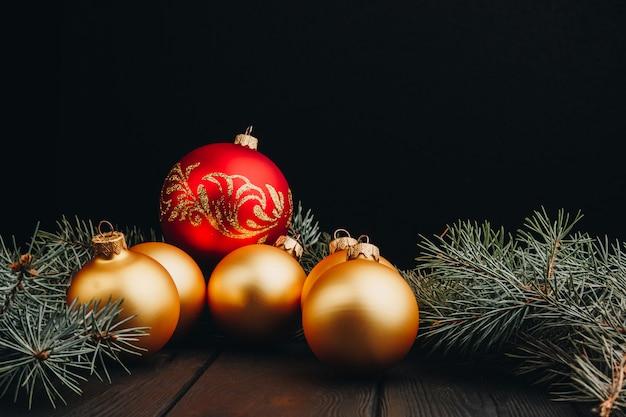Barwione boże narodzenie dekoracje na czarnym drewnianym stole. xmas piłki na drewnianym tle.