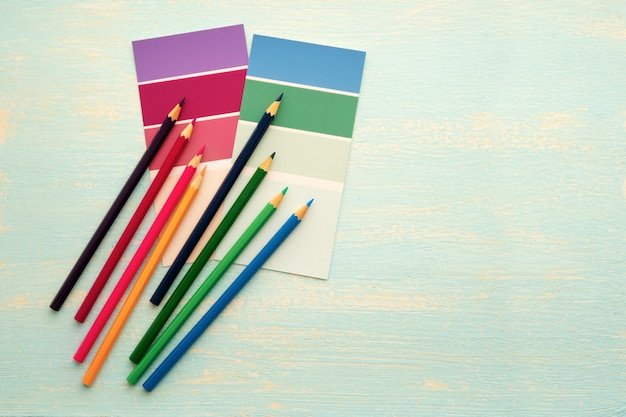 Barwioni drewniani ołówki na białym tle. kreatywność i rysunek.