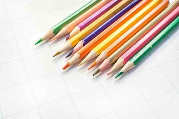 Barwioni ołówki na białym papierze