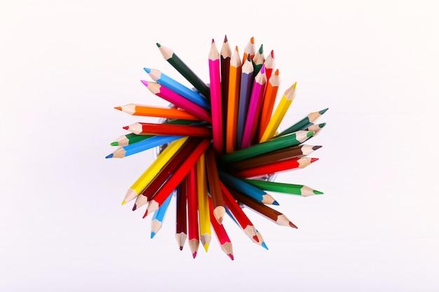 Barwioni ołówki na bielu