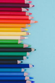 Barwioni ołówki na błękitnym koloru tle.