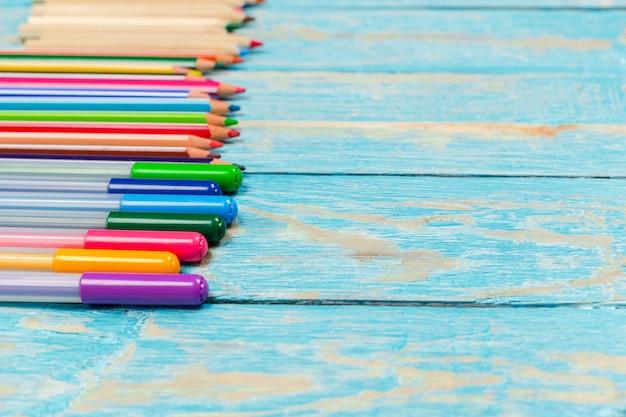 Barwioni ołówki na drewnianej desce