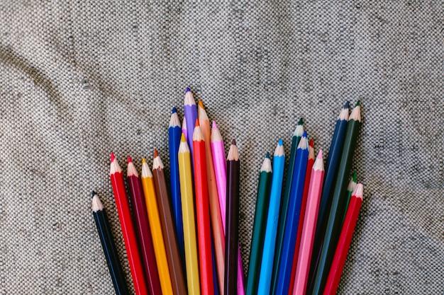 Barwioni ołówki na popielatym tle