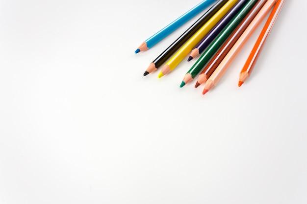 Barwioni ołówki odizolowywający na bielu