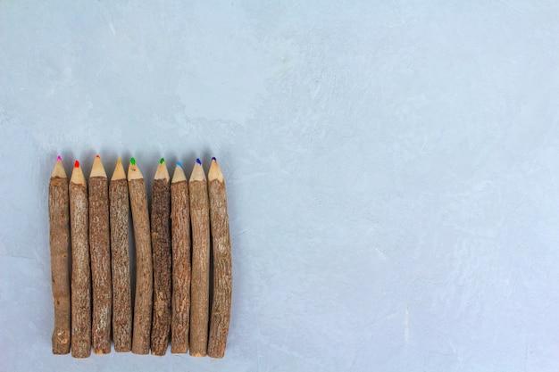 Barwioni ołówki, tło