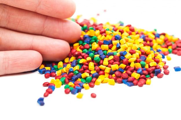 Barwiony granulat z tworzywa sztucznego do procesu formowania wtryskowego