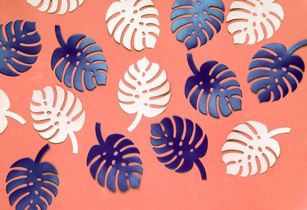 Barwiony monstera rośliny tło. monstera opuszcza na koralowym koloru tle.