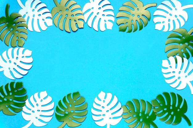 Barwiony monstera rośliny tło. monstera pozostawia na turkusowym tle.