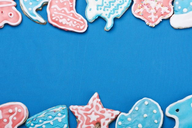 Barwiony oszklony bożenarodzeniowy piernikowy na błękitnym tle