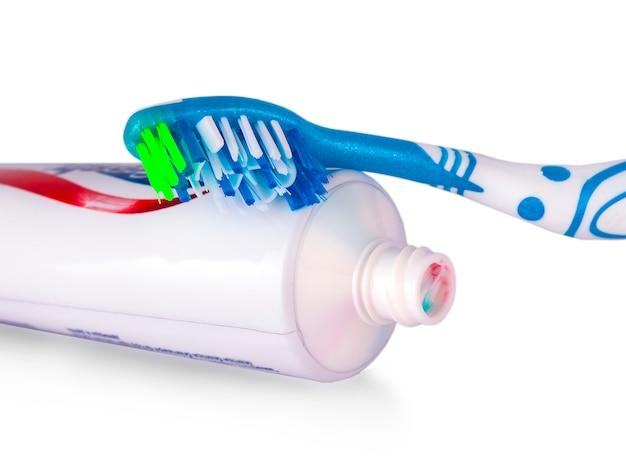 Barwiony stomatologiczny muśnięcie z ząb pastą na białym tle