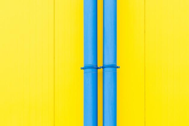 Barwna kompozycja. niebieskie fajki wodne na soczystym kolorze żółtym.