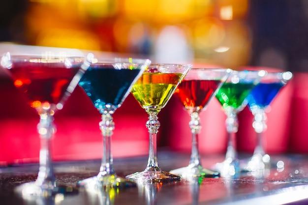 Barwne koktajle w barze.