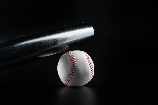 Baseballa gemowy wyposażenie na ciemnego czerni tła zakończeniu up