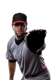 Baseballista w czerwonym mundurze.