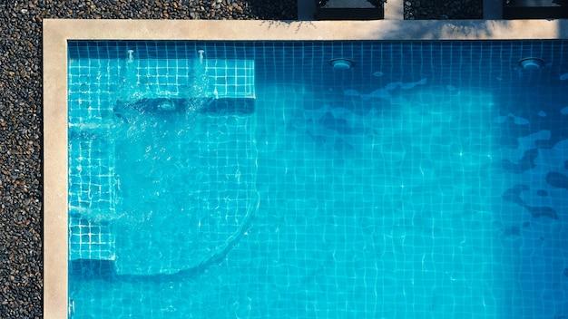 Basen i kąpiel bąbelkowa do relaksu w letni upalny dzień i kąt widzenia z lotu ptaka