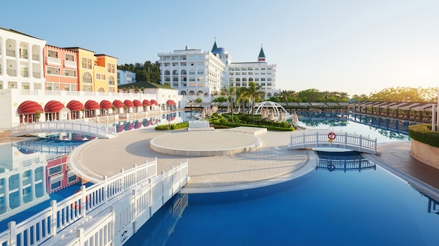 Basen i plaża luksusowego hotelu oraz odkryte baseny i spa. amara dolce vita luxury hotel. ośrodek wczasowy. tekirova-kemer. indyk.