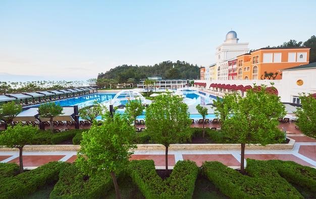 Basen i plaża luksusowego hotelu.