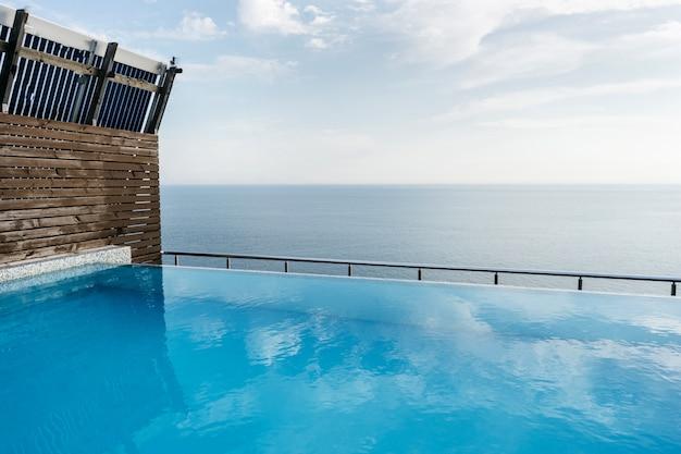 Basen na dachu domu z widokiem na morze