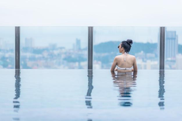 Basen na dachu z pięknym widokiem na miasto i morze, azjatyckie podróże i wakacje